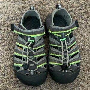 Boys size 2 keen shoes. Almost new!